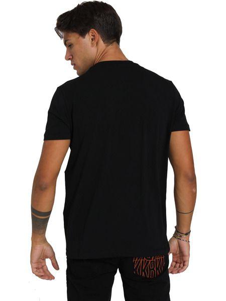 Черная футболка с принтом на груди