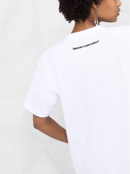 Белое платье-футболка с нашивкой-логотипом