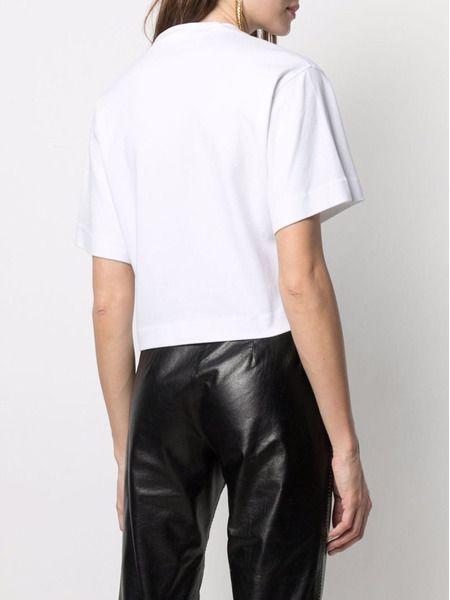 Белая укороченная футболка с нашивкой-логотипом