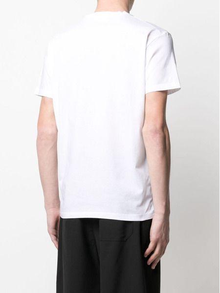 Белая футболка с нашивкой-логотипом