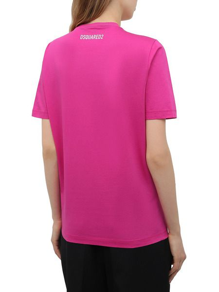 Розовая футболка с логотипом на груди