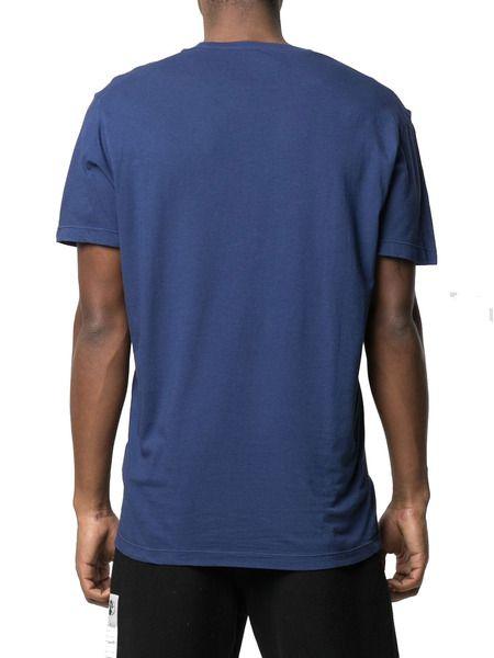 Синяя футболка с короткими рукавами и логотипом