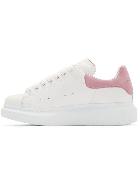 Белые кроссовки с розовым задником на массивной подошве