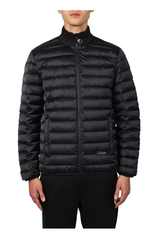 Черная пуховая куртка на молнии