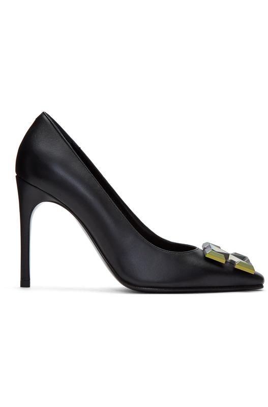 Черные туфли-лодочки с металлическим логотипом