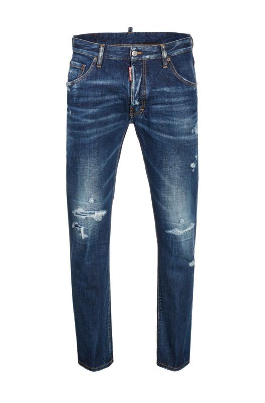 Синие джинсы с потертостями на колене